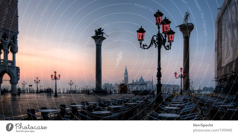Morgenstund... Meer blau Stadt Sommer Ferien & Urlaub & Reisen schwarz Architektur rosa Café Tisch leer Europa Platz Tourismus Stuhl Italien