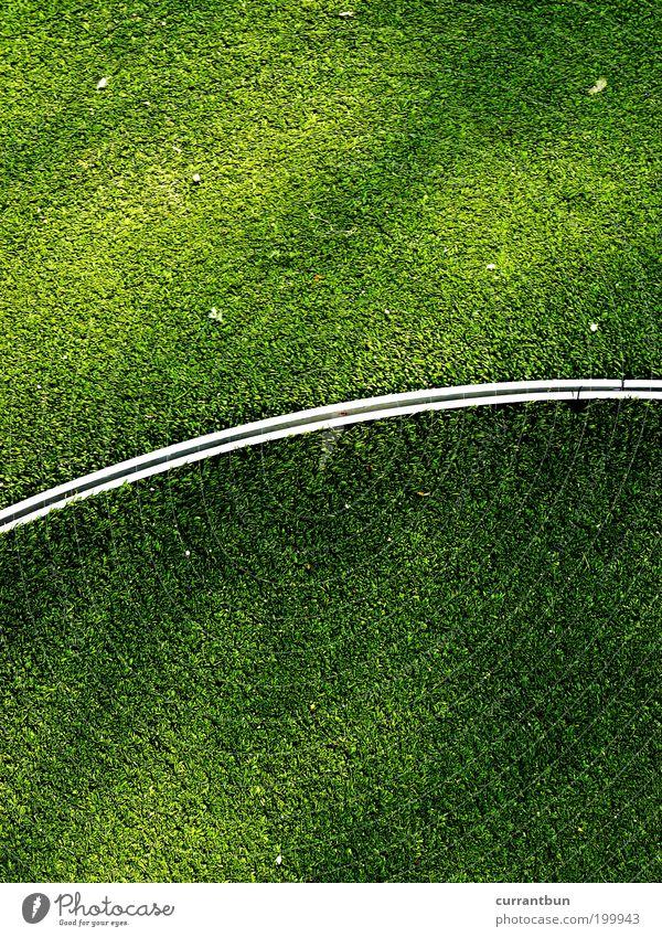 grün in moll Linie Freizeit & Hobby Grünfläche grünen Minigolf Golfplatz Rasen Kunstrasen Farbfoto Textfreiraum oben Textfreiraum unten Tag Licht Schatten