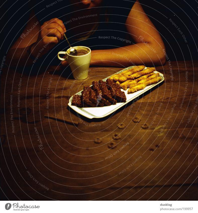 c&c Mensch Ernährung dunkel Erholung Holz Zufriedenheit braun warten Arme Essen Lebensmittel sitzen Tisch Kaffee Freizeit & Hobby Gelassenheit