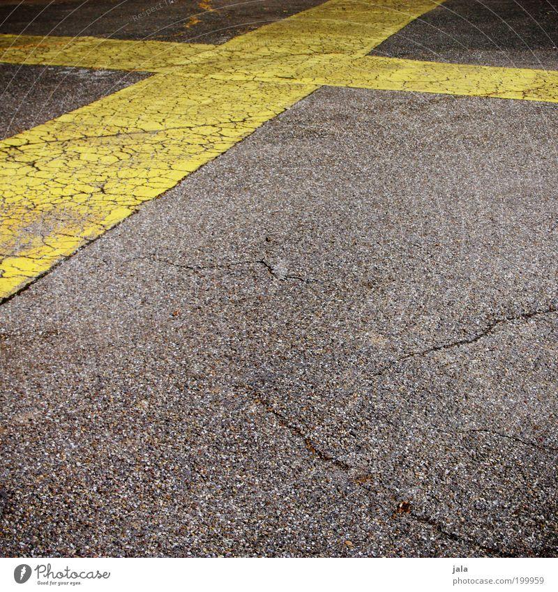 crisscross Platz Verkehrswege Straße Stein Zeichen Schilder & Markierungen gelb grau Kreuz Asphalt Farbfoto Außenaufnahme Menschenleer Textfreiraum unten