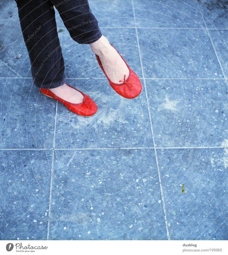 red shoes Mensch feminin Fuß 1 sitzen warten Farbe rot Fliesen u. Kacheln überschlagen flippig Beine Boden Untergrund Muster Quadrat blau mehrfarbig eckig