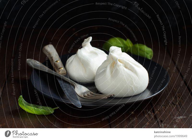 Italienischer Käse Burrata mit Gabel und Messer Milcherzeugnisse Ernährung Italienische Küche Holz dunkel frisch lecker weich weiß Amuse-Gueule Apulien