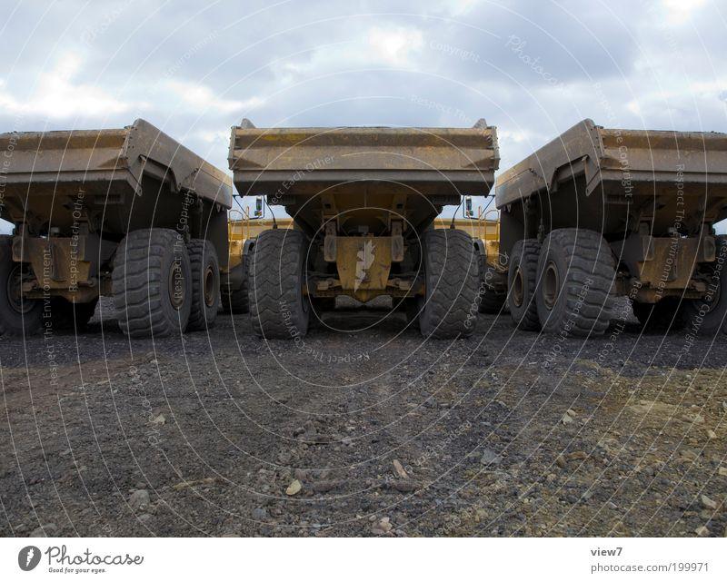 Kipper Straße kalt dunkel Erde dreckig Ordnung Verkehr groß Perspektive bedrohlich Baustelle Güterverkehr & Logistik Wandel & Veränderung Zeichen Lastwagen