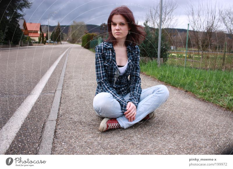 Pause machen. feminin Junge Frau Jugendliche Erwachsene 1 Mensch Kleinstadt Haus sitzen frei Farbfoto mehrfarbig Außenaufnahme Textfreiraum links