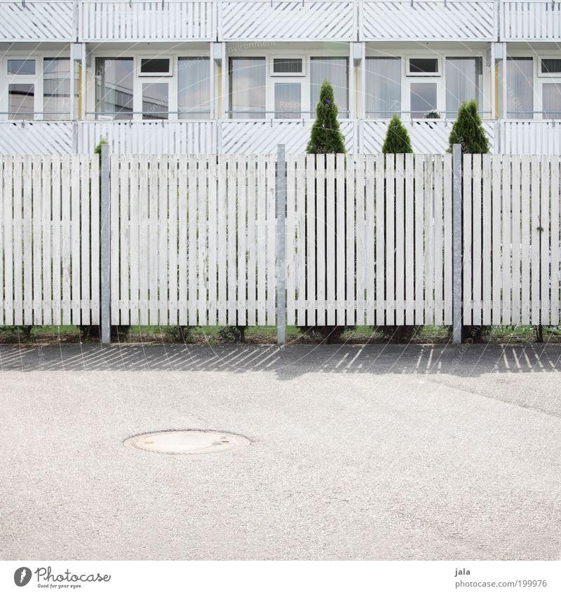 lllllll|llllllllll|llllllllll|lllllll Baum Garten Haus Gebäude Architektur Balkon Fenster Zaun Zaunlücke Holz ästhetisch hell Sauberkeit weiß Nachbar Neugier