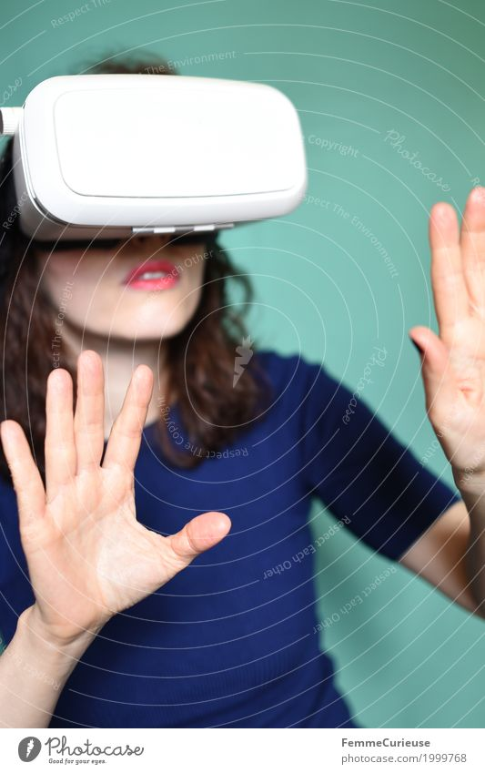 Virtuelle Realität (02) feminin Junge Frau Jugendliche Erwachsene 1 Mensch 18-30 Jahre entdecken Cyberspace Technik & Technologie virtuell Brille VR-Brille