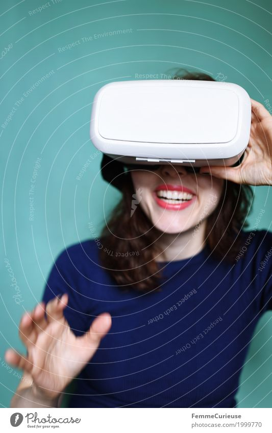 Virtuelle Realität (06) feminin Junge Frau Jugendliche Erwachsene 1 Mensch 18-30 Jahre erleben Technik & Technologie Zukunft Fortschritt virtuell wirklich