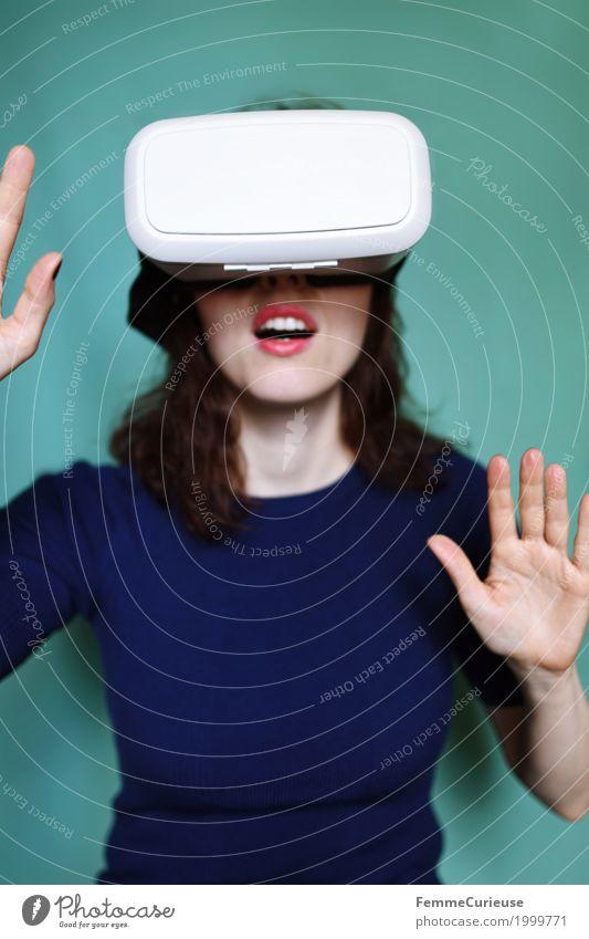 Virtuelle Realität (04) feminin Junge Frau Jugendliche Erwachsene 1 Mensch 18-30 Jahre erleben Cyberspace Technik & Technologie Brille VR-Brille