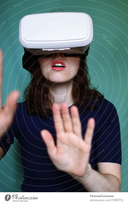 Virtuelle Realität (10) Mensch Frau Jugendliche Junge Frau Hand 18-30 Jahre Erwachsene feminin Technik & Technologie authentisch Zukunft Brille berühren