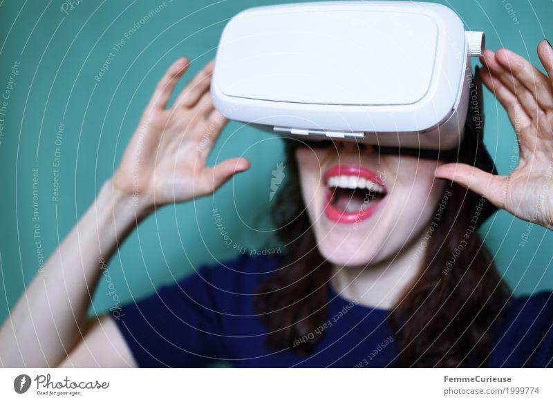 Virtuelle Realität (13) feminin Junge Frau Jugendliche Erwachsene Mensch 18-30 Jahre erleben Technik & Technologie Brille Virtual-Reality-Brille VR-Brille