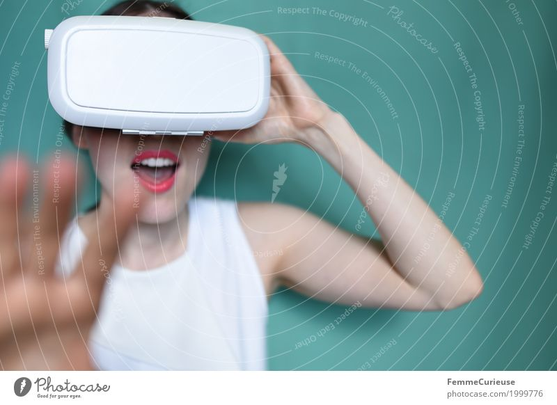 Virtuelle Realität (12) feminin Junge Frau Jugendliche Erwachsene Mensch 18-30 Jahre erleben Technik & Technologie wirklich virtuell Virtual-Reality-Brille