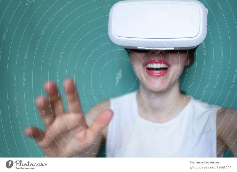 Virtuelle Realität (19) feminin Junge Frau Jugendliche Erwachsene Mensch 18-30 Jahre erleben VR-Brille Virtual-Reality-Brille virtuell wirklich