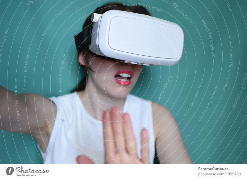 Virtuelle Realität (17) feminin Mensch erleben dreidimensional Brille VR-Brille Virtual-Reality-Brille virtuelle Realität wirklich erschrecken Angst Cyberspace