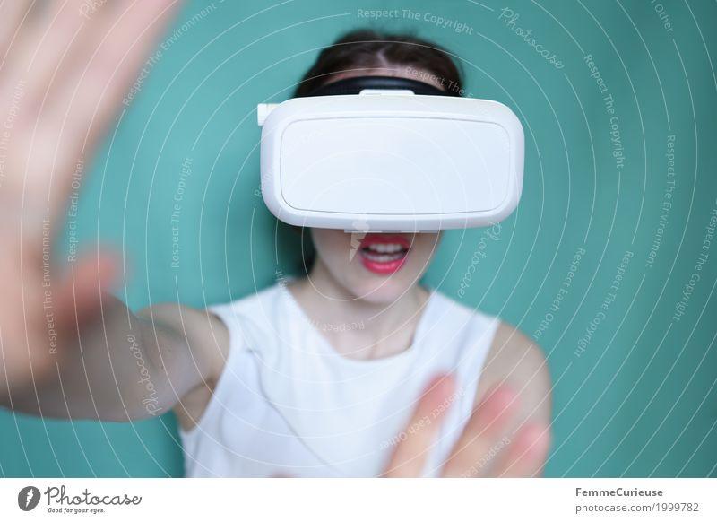 Virtuelle Realität (07) feminin Junge Frau Jugendliche Erwachsene 1 Mensch 18-30 Jahre erleben virtuell wirklich wahrnehmen Brille Technik & Technologie