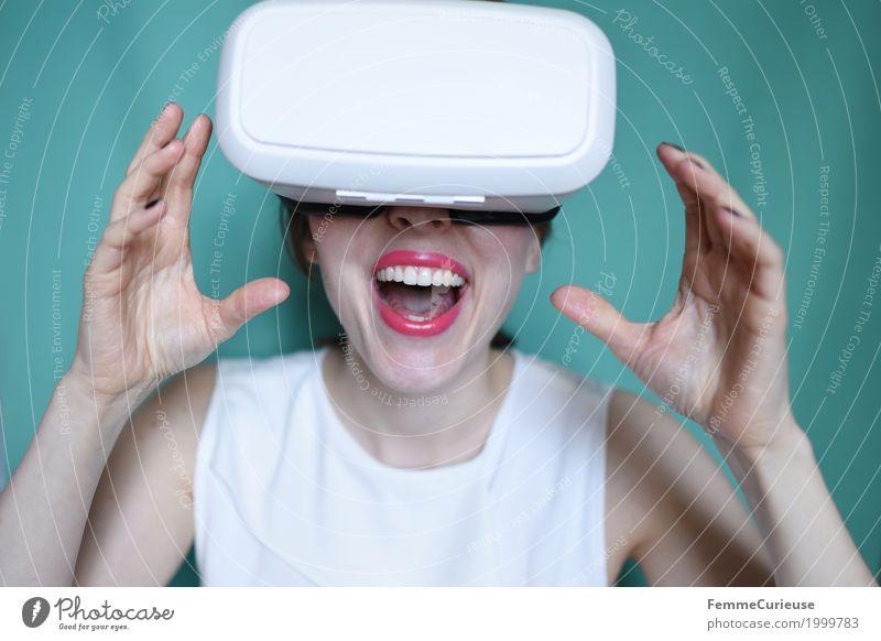 Virtuelle Realität (11) feminin Junge Frau Jugendliche Erwachsene Mensch 18-30 Jahre erleben Technik & Technologie Cyberspace Neue Medien virtuell wirklich