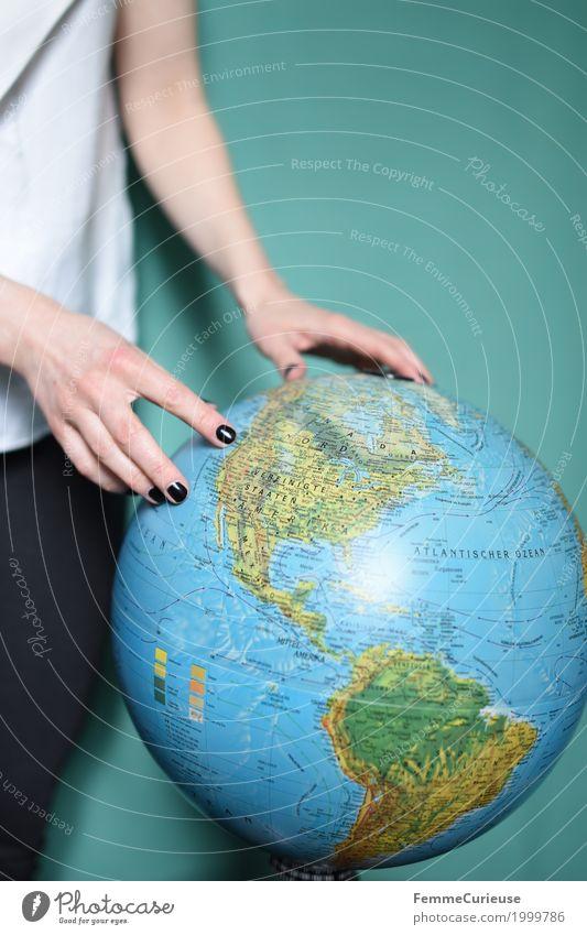 Weltenbummler feminin Junge Frau Jugendliche Erwachsene 1 Mensch 18-30 Jahre Ferien & Urlaub & Reisen Globus Erde Reisefotografie Tourismus Reiseplanung