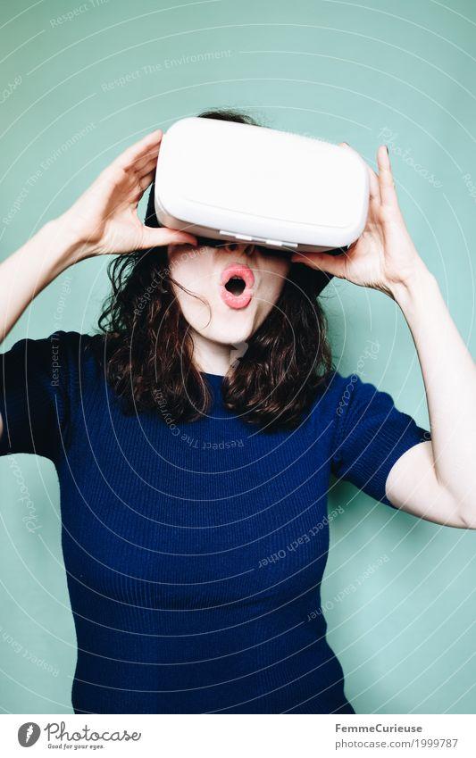 Virtuelle Realität (18) feminin Junge Frau Jugendliche Erwachsene Mensch 18-30 Jahre erleben Begeisterung staunen Mund Arme Hand VR-Brille