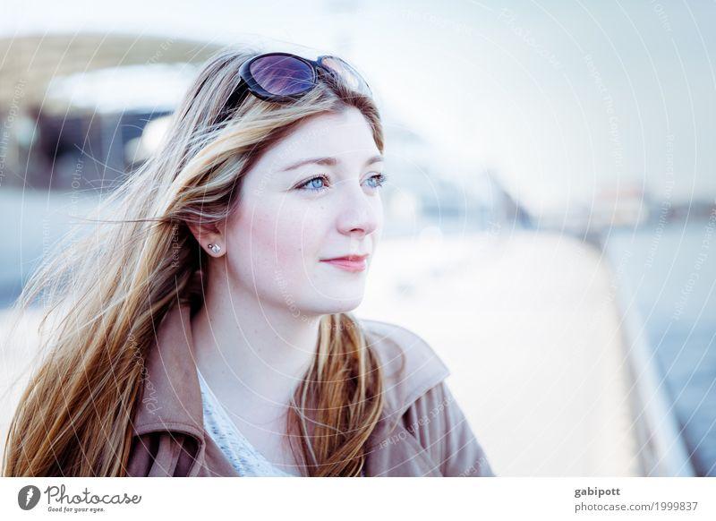 J. Mensch feminin Junge Frau Jugendliche Leben 1 authentisch schön einzigartig natürlich Stadt blau braun Zufriedenheit Gedeckte Farben Außenaufnahme Tag