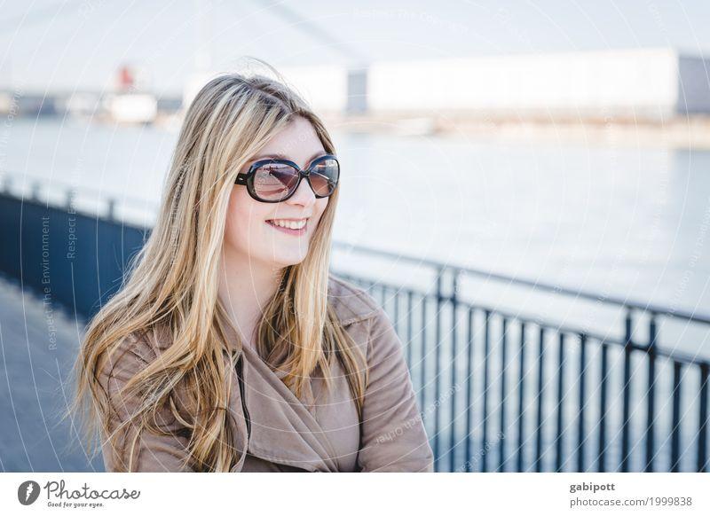 junge Frau am Rhein schaut in die Ferne Lifestyle kaufen Leben Sommer Mensch feminin Junge Frau Jugendliche Erwachsene 1 Freundlichkeit Fröhlichkeit schön
