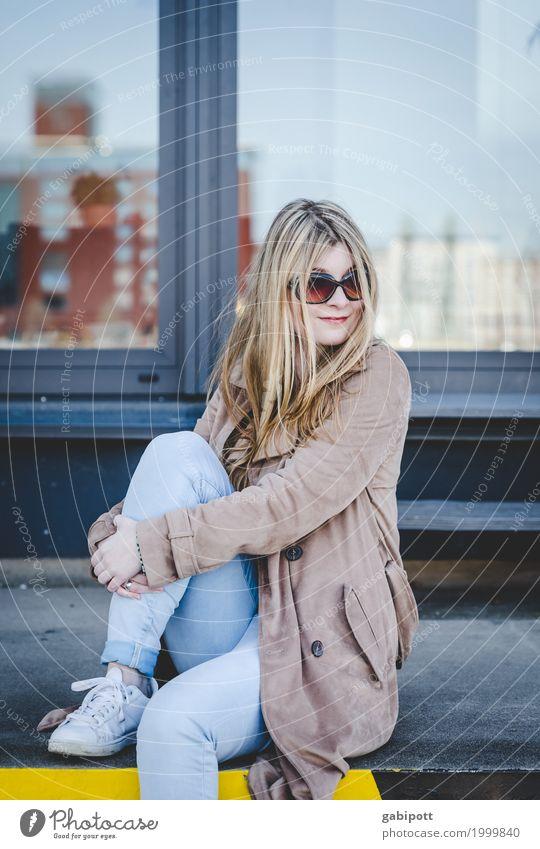 junge Frau mit Sonnenbrille sitzt auf Laderampe Lifestyle Stil Freude schön Leben Mensch feminin Junge Frau Jugendliche Erwachsene 1 18-30 Jahre sitzen blond