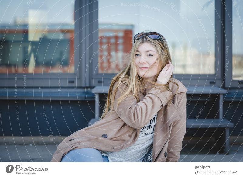 junge Frau sitzt auf einer Treppe Mensch feminin Junge Frau Jugendliche Erwachsene Leben 18-30 Jahre Mantel Sonnenbrille Haare & Frisuren brünett blond