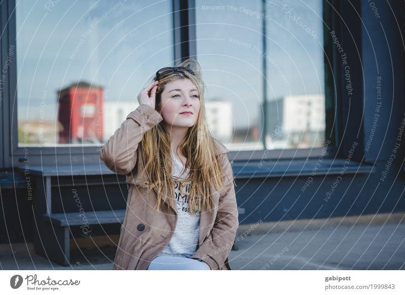 junge Frau sitzt auf einer Treppe Lifestyle schön Leben Freizeit & Hobby Mensch feminin Junge Frau Jugendliche 18-30 Jahre Erwachsene Stadtzentrum Blick sitzen