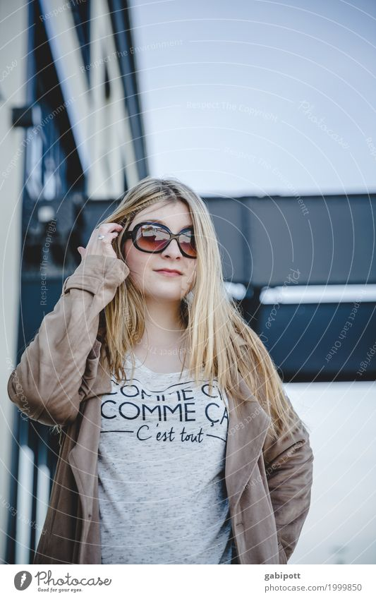 junge Frau mit Sonnenbrille Lifestyle Zufriedenheit Duft Mensch feminin Junge Frau Jugendliche Erwachsene Leben 1 18-30 Jahre ästhetisch frei Freundlichkeit