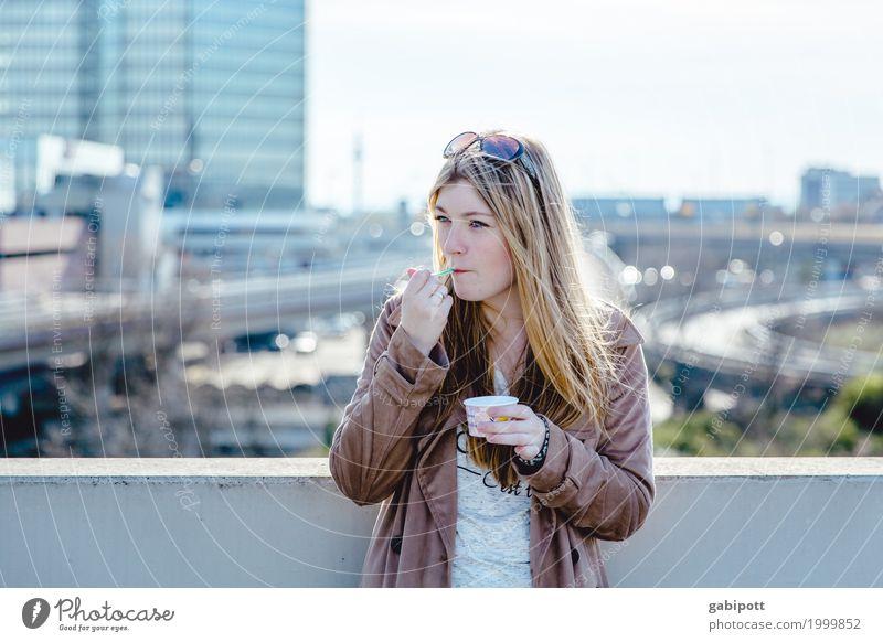 junge Frau vor urbanen Hintergrund isst Eis Lifestyle Leben Zufriedenheit feminin Junge Frau Jugendliche Erwachsene 1 Mensch 18-30 Jahre Ludwigshafen Erholung
