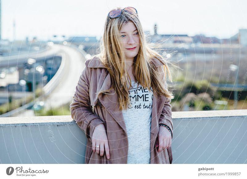 junge Frau vor urbanen Hintergrund Lifestyle schön Mensch feminin Junge Frau Jugendliche Erwachsene Leben 1 18-30 Jahre Sommer Schönes Wetter Stadt Skyline Dach