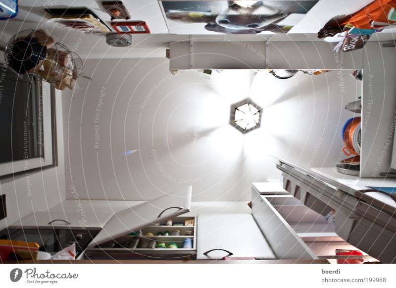 kLeinkind Häusliches Leben Wohnung Innenarchitektur Lampe Raum Küche Kühlschrank Sauberkeit trashig unten mehrfarbig weiß Ordnungsliebe Reinlichkeit Reichtum