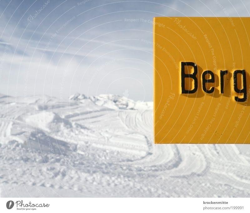 B e r g Himmel weiß Landschaft Wolken Winter schwarz Berge u. Gebirge kalt gelb Wege & Pfade Schnee Schilder & Markierungen Schriftzeichen Hinweisschild Fußweg