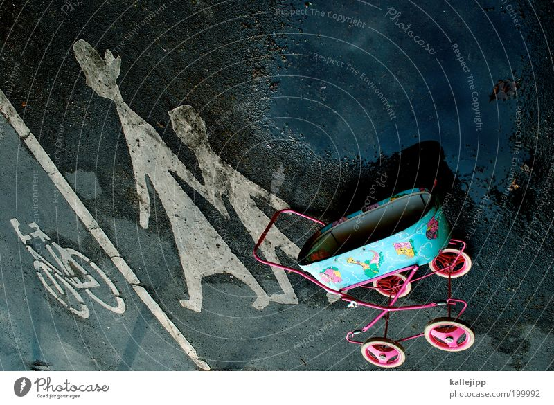 muttertag Frau Kind Erwachsene Spielen Familie & Verwandtschaft Zusammensein Kindheit gehen Freizeit & Hobby Ausflug Verkehr Hinweisschild Mutter Eltern Spielzeug Bürgersteig