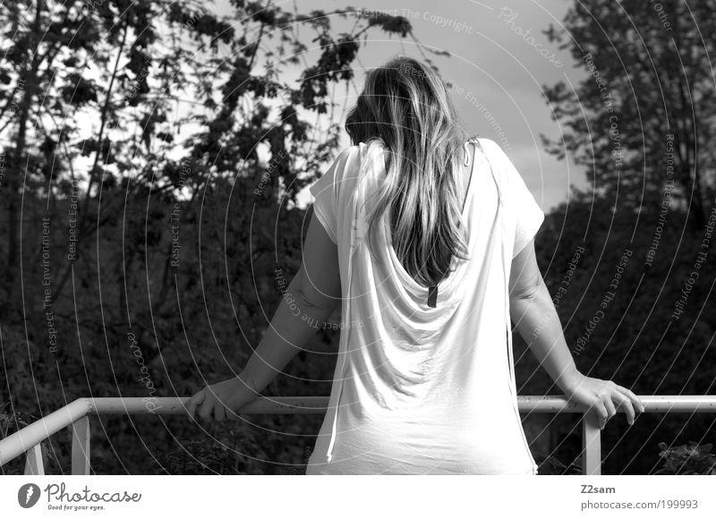 7.30 Uhr elegant Haare & Frisuren feminin Junge Frau Jugendliche 18-30 Jahre Erwachsene Natur Landschaft Einfamilienhaus Balkon T-Shirt blond langhaarig