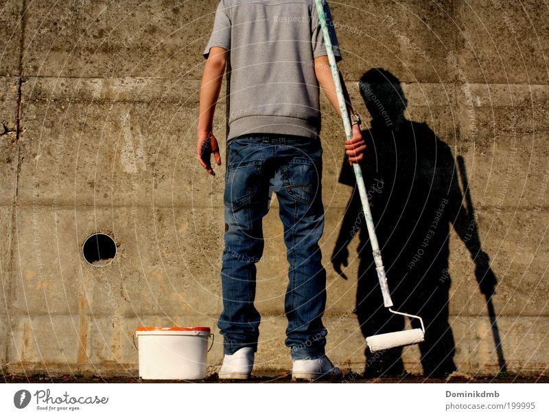 maler Kunst Künstler Maler Sommer Stadtrand Mauer Wand T-Shirt Hose Schuhe Graffiti Arbeit & Erwerbstätigkeit Coolness weiß Design Farbe Konzentration