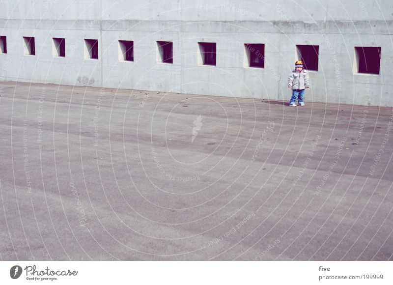 kurze pause Freude Freizeit & Hobby Spielen Mensch maskulin Kind Kleinkind Junge Kindheit 1 1-3 Jahre Mauer Wand Fenster Glück Zufriedenheit stehen Parkplatz