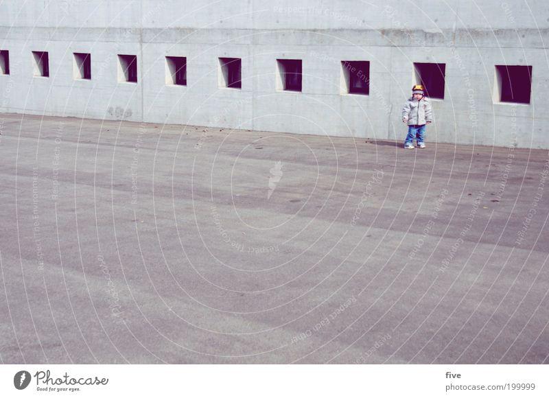 kurze pause Mensch Kind Freude Fenster Wand Spielen Junge Glück Mauer Kindheit Zufriedenheit Freizeit & Hobby maskulin stehen Kleinkind Reihe