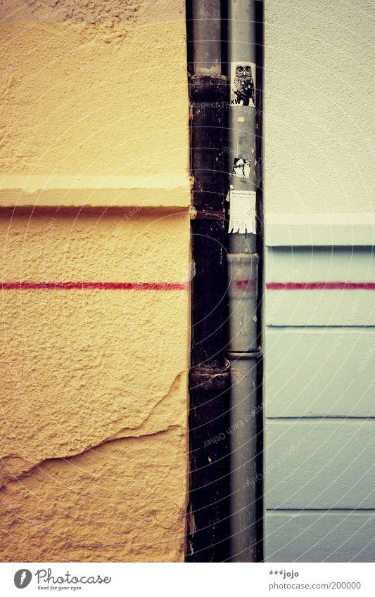Foto-ID: 200000... Mauer Wand mehrfarbig Dachrinne Schmiererei Abfluss Linie Putzfassade Riss Etikett Farbfoto Außenaufnahme Detailaufnahme abstrakt