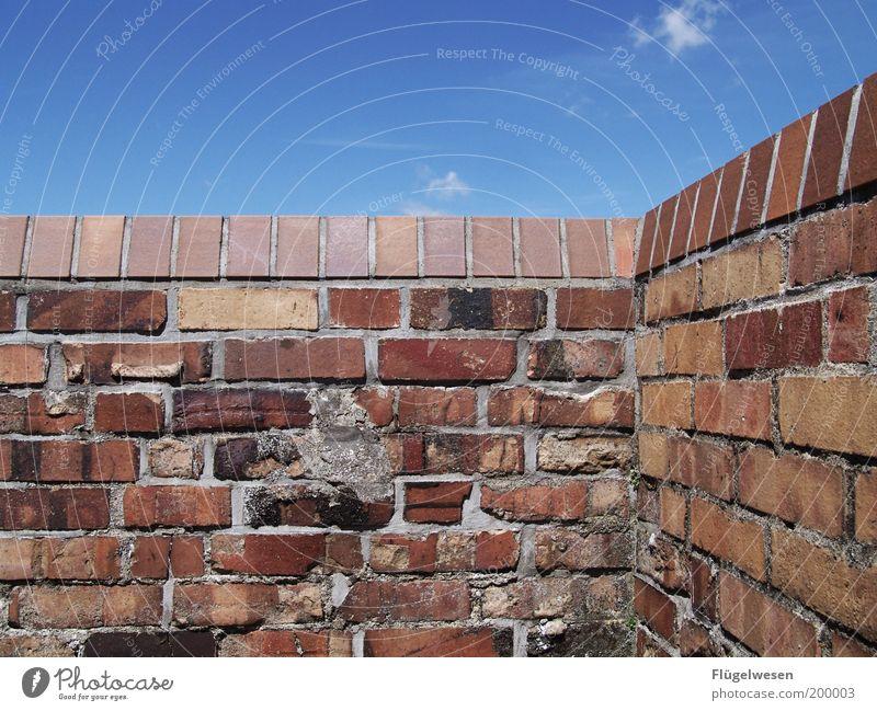 Den Himmel erobern Häusliches Leben Umwelt Natur Klima Wetter Schönes Wetter Mauer Wand Fassade Balkon fest Frühlingsgefühle Zufriedenheit Mörtel Fuge Stein