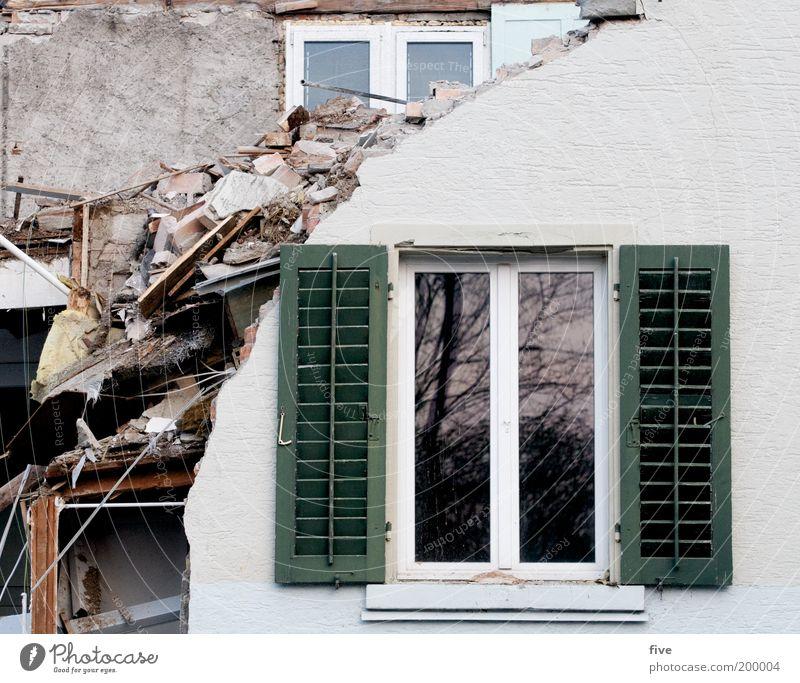 fenster in pension Haus Wand Fenster Mauer Wohnung Fassade kaputt Müll Häusliches Leben Dorf Innenarchitektur Umzug (Wohnungswechsel) Wohnzimmer Fensterscheibe