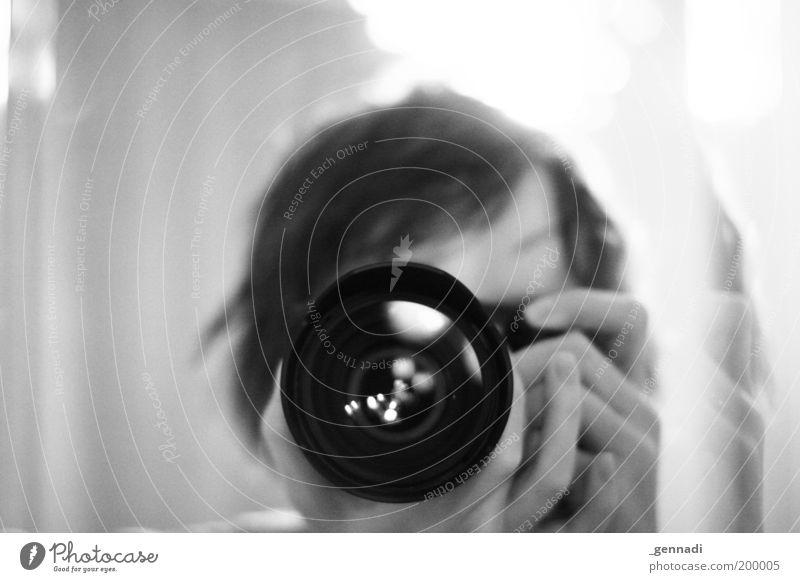 Im Auge des Betrachters Mensch Mann Erwachsene Kopf Fotografie maskulin beobachten Fotokamera 18-30 Jahre Fotograf Fotografieren Selbstportrait Schwarzweißfoto Objektiv fokussieren Junger Mann