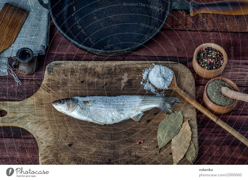 Gefrorener Fisch roch auf einem Küchenbrett schwarz Essen Holz Lebensmittel braun oben Metall Ernährung frisch Tisch Kräuter & Gewürze Top Diät Löffel