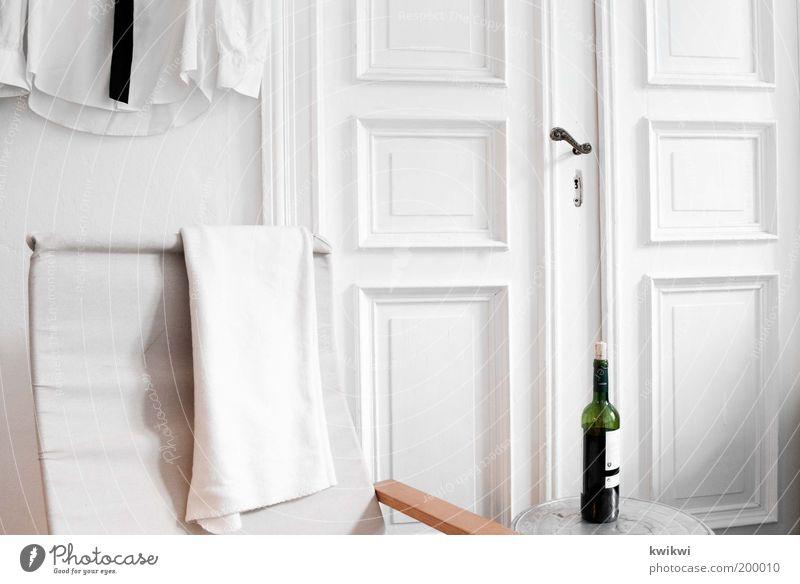 wie wohnst du? weiß Erholung Innenarchitektur Tür Wohnung Erfolg elegant Design Häusliches Leben Tisch Dekoration & Verzierung Getränk trist Stuhl Wein Hemd