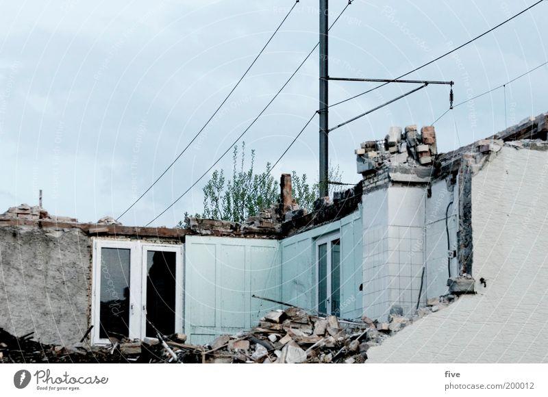 drinnen oder draussen...? alt Haus Fenster Wand Mauer Wohnung Fassade Innenarchitektur kaputt Häusliches Leben Müll Dorf Umzug (Wohnungswechsel) Hütte Strommast