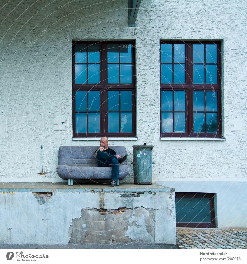 Warten Mensch Mann Himmel Stadt Einsamkeit Erholung Wand Stil Fenster Mauer Zufriedenheit Erwachsene maskulin Design frei Fassade
