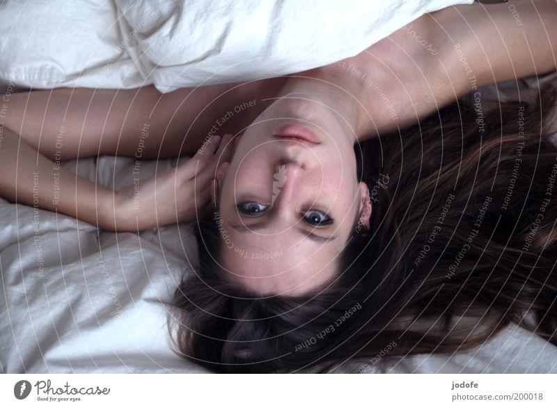 Tagtraum Mensch feminin Junge Frau Jugendliche Erwachsene Gesicht 1 18-30 Jahre liegen träumen ästhetisch schön weiß Gesundheit Glück Erotik Bett Bettdecke