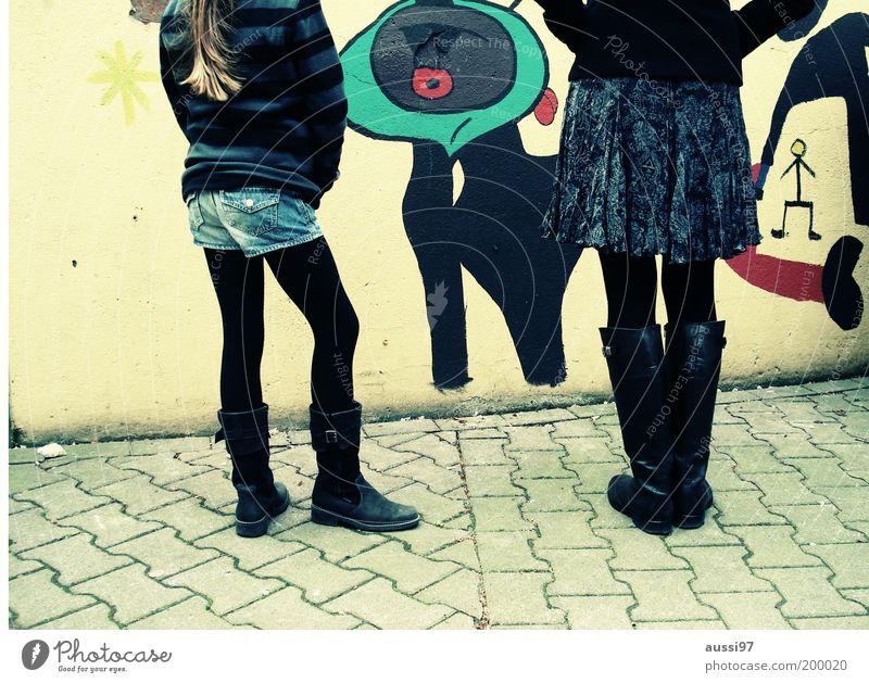 ARTY Kunst Straßenkunst bemalt Blick beschmutzen Graffiti Maler Wandmalereien Stiefel Mädchen Junge Frau 2 stehen Kreativität verschönern