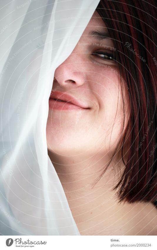 Maria Gardine Vorhang feminin Frau Erwachsene 1 Mensch brünett rothaarig langhaarig beobachten genießen Lächeln Blick Erotik Freundlichkeit schön Glück