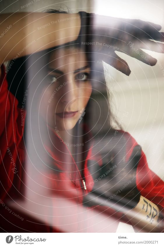. Mensch Frau schön ruhig Fenster Erwachsene Traurigkeit feminin Zeit träumen Perspektive warten beobachten Neugier Schutz festhalten