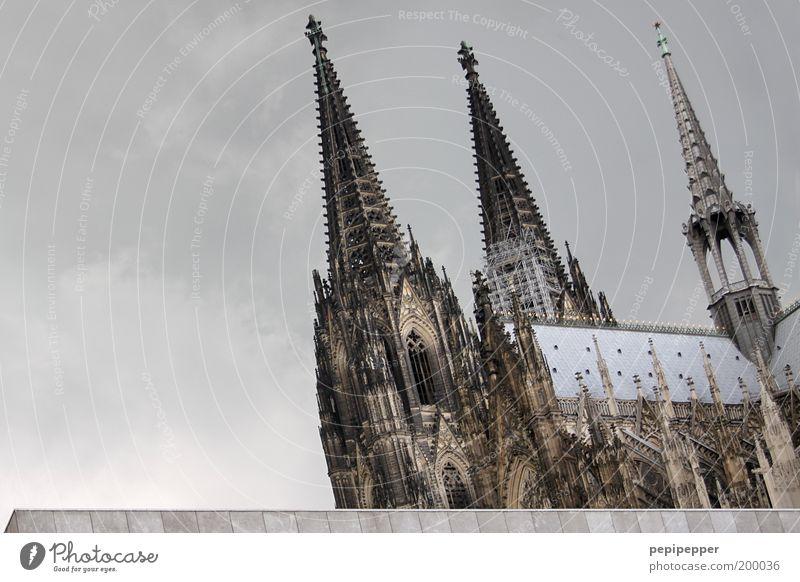 Kölner Jung elegant Ferien & Urlaub & Reisen Tourismus Ausflug Sightseeing Städtereise Sommer Renovieren Kunstwerk Gewitterwolken Altstadt Kirche Dom Bauwerk