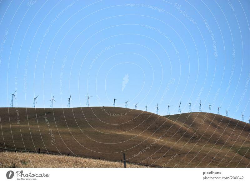 Ökosäulen Natur Himmel blau Sommer Ferne Gras Freiheit Wärme Sand Landschaft braun Feld Wind Hügel Windkraftanlage Reihe